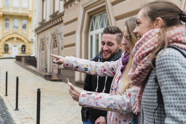Freunde, die mit smartphone navigieren