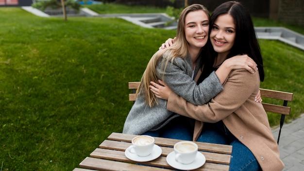 Freunde, die mit speicherplatz umarmen