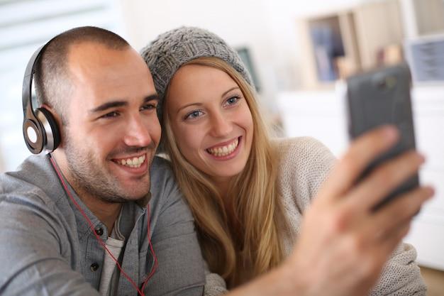Freunde, die musik auf smartphone hören