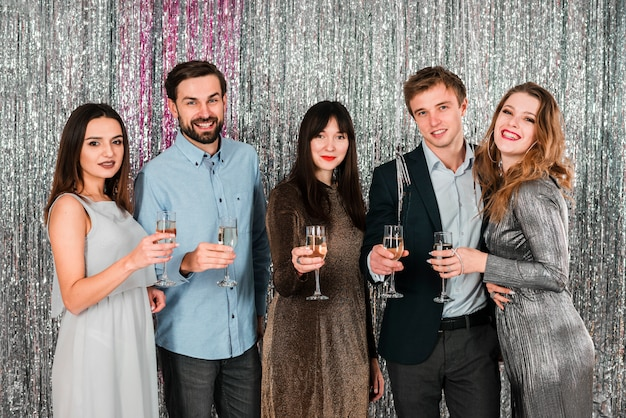 Freunde, die party des neuen jahres anstoßen