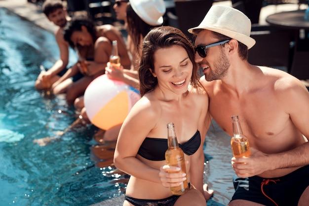 Freunde, die pool-party enoying sind. sommerferien-konzept