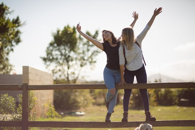 Freunde, die selfie auf handy in ackerland nehmen