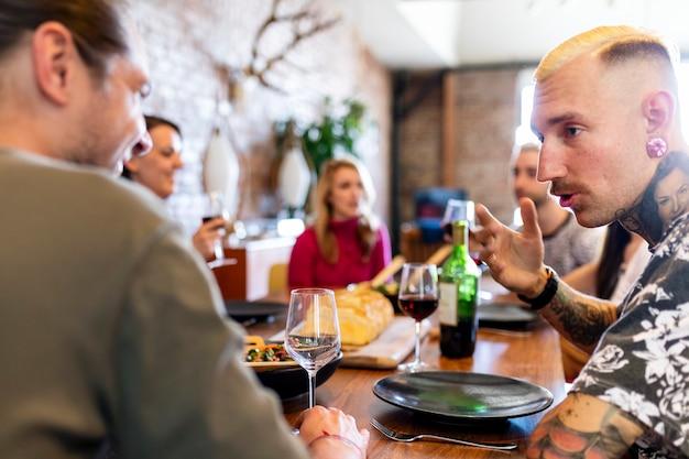 Freunde, die sich bei einer dinnerparty ernsthaft unterhalten