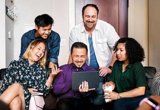 Freunde, die sich einen online-videoclip auf einem digitalen tablet ansehen
