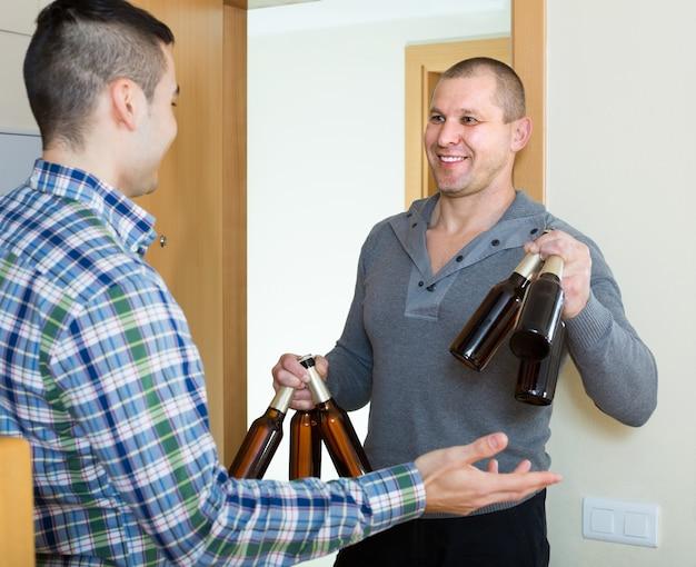 Freunde, die sich treffen, um bier zu hause zu trinken