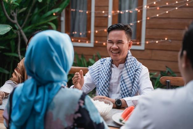 Freunde, die sich versammeln, genießen das iftar-essen