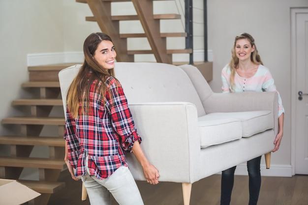 Freunde, die sofa im neuen haus verschieben