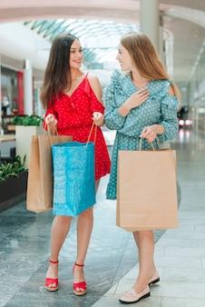 Freunde, die spaß am einkaufszentrum haben
