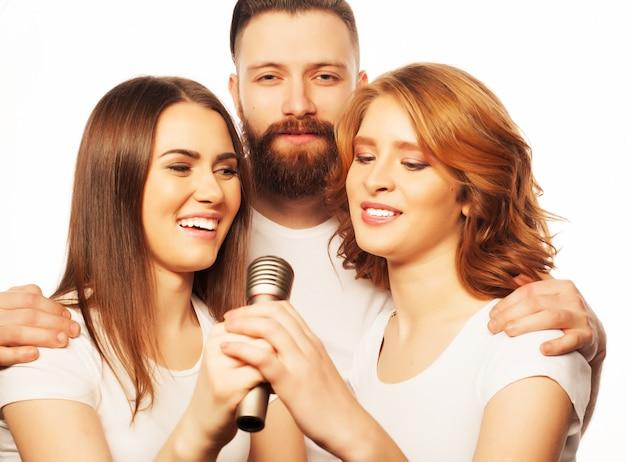 Freunde, die spaß am karaoke haben