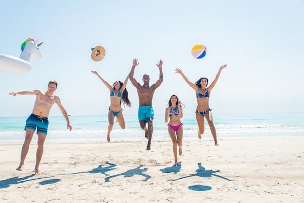Freunde, die spaß am strand haben