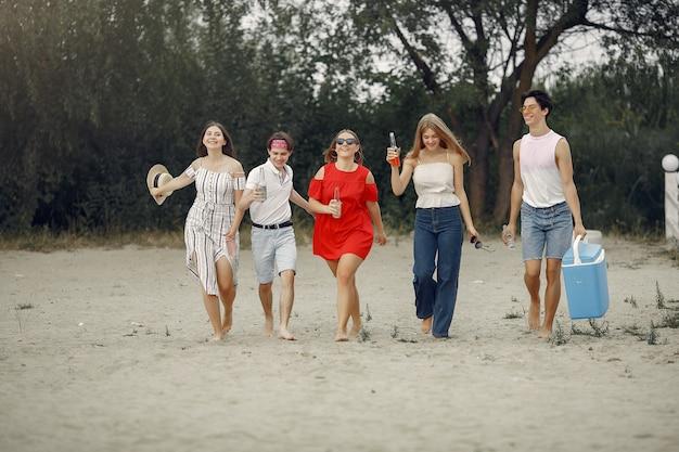 Freunde, die spaß am strand mit getränken haben
