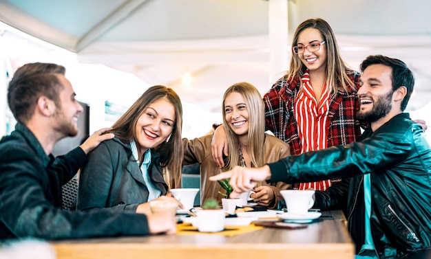 Freunde, die spaß an der kaffeebar haben