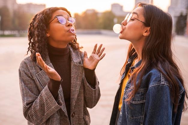 Freunde, die spaß haben, blasen im freien zu blasen