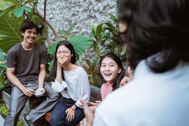 Freunde, die spaß haben, zeit zusammen in einem café zu genießen