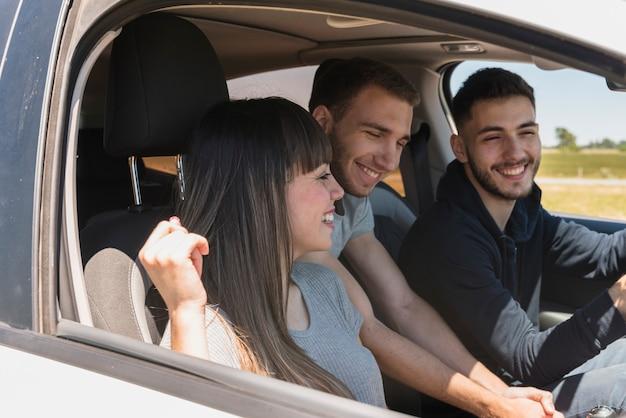 Freunde, die spaß im auto haben