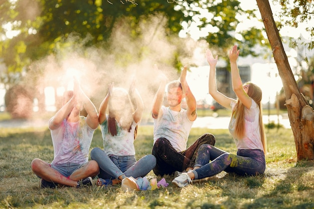 Freunde, die spaß in einem park mit holi-farben haben