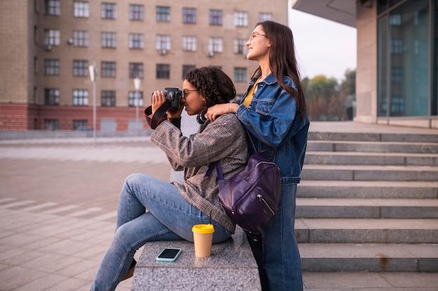 Freunde, die spaß zusammen im freien mit der kamera haben