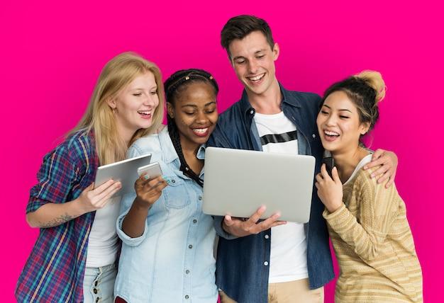 Freunde, die tablet-technologie-telefon verwenden