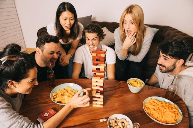 Freunde, die tabletopspiel mit chips spielen