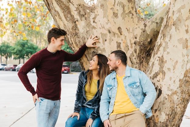 Freunde, die tag im park genießen