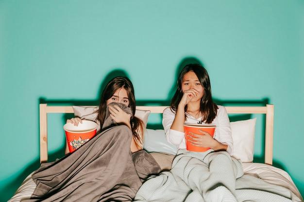 Freunde, die traurige filme mit popcorn aufpassen
