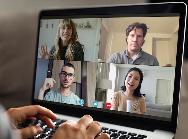 Freunde, die während der coronavirus-pandemie einen videoanruf führen
