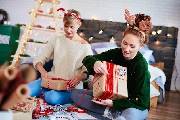 Freunde, die weihnachtsgeschenke für weihnachten vorbereiten