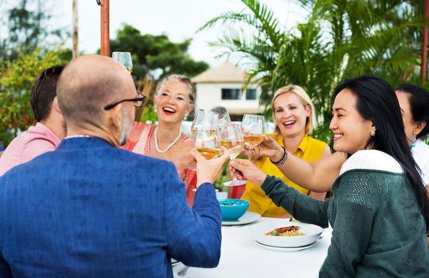 Freunde, die wein an einem dachrestaurant trinken