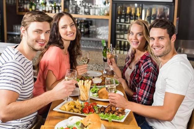 Freunde, die weißwein trinken