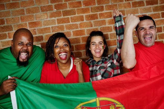 Freunde, die weltmeisterschaft mit gemalter flagge jubeln