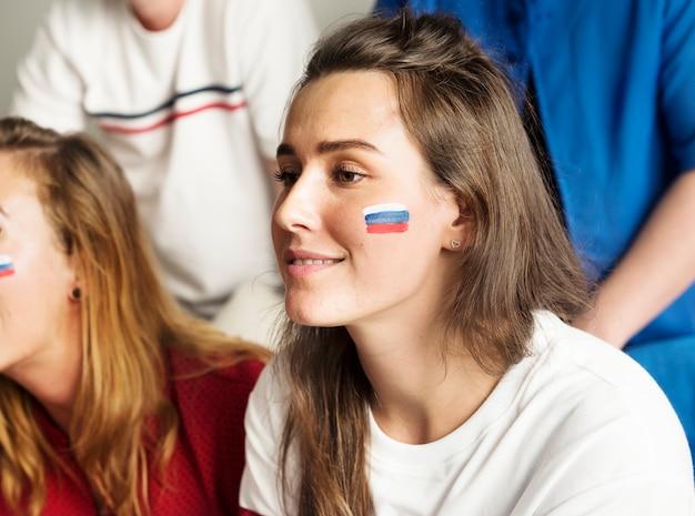 Freunde, die weltmeisterschaft mit gemalter flagge zujubeln