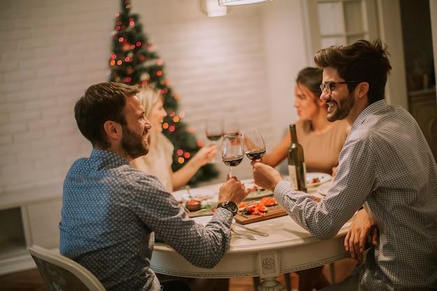 Freunde, die zu hause weihnachten oder silvester feiern
