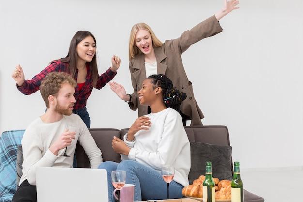 Freunde, die zu hause zu mittag essen