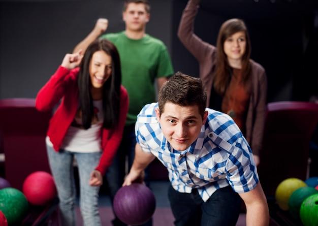 Freunde, die zusammen bowlen
