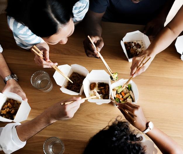 Freunde, die zusammen chow mein essen
