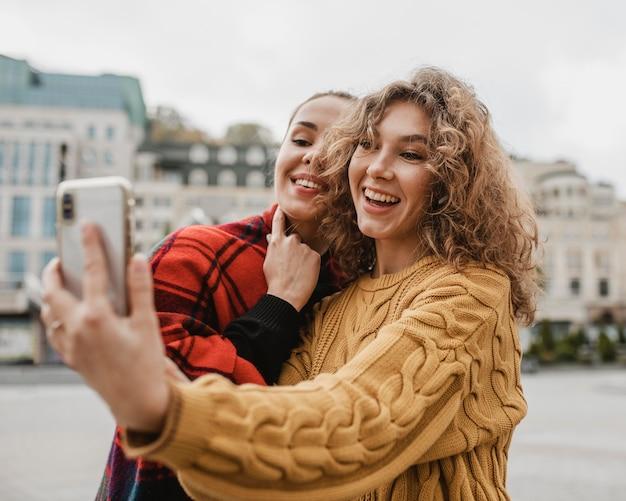 Freunde, die zusammen ein selfie im freien machen