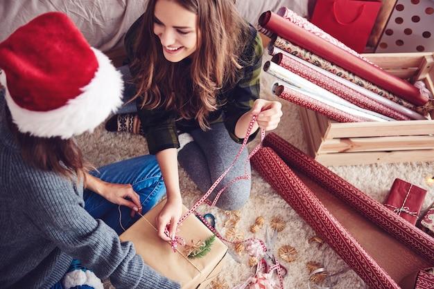 Freunde, die zusammen ein weihnachtsgeschenk machen