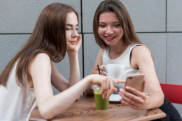 Freunde, die zusammen einen kaffee trinken