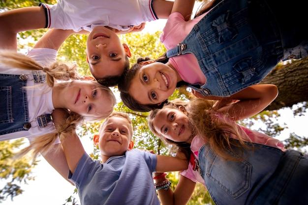 Freunde, die zusammen in einem kreis lächeln