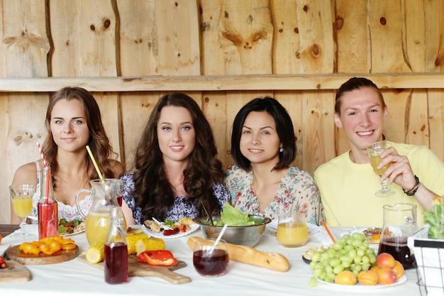 Freunde, die zusammen in einem restaurant essen