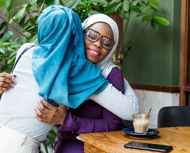 Freunde, die zusammen mit glück umarmen