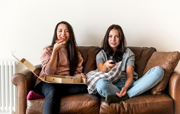 Freunde, die zusammen pizza essen