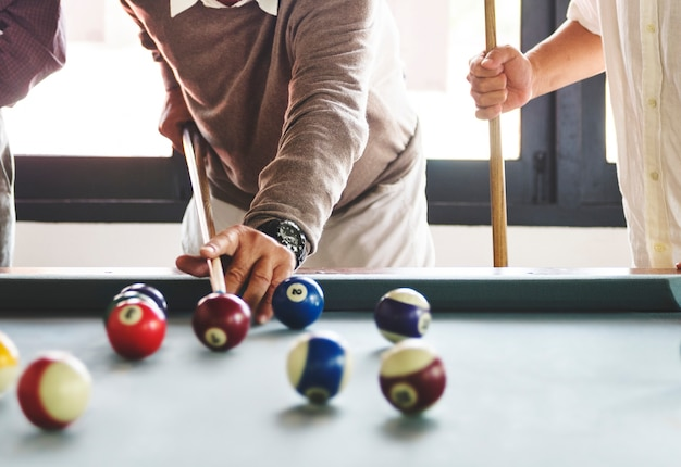 Freunde, die zusammen poolspiel spielen