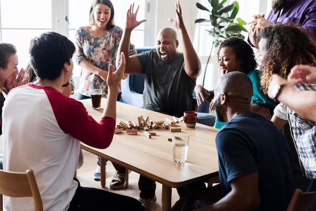 Freunde, die zusammen spiel zu hause spielen