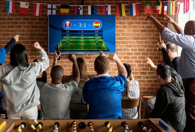 Freunde, die zusammen sport an der bar zujubeln