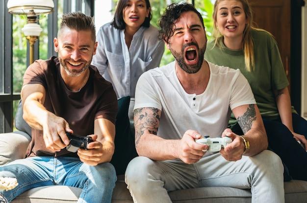 Freunde, die zusammen videospiel genießen
