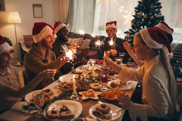 Freunde, die zusammen weihnachten feiern
