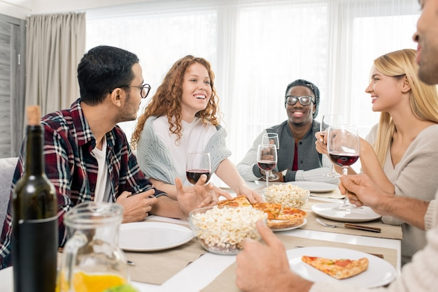 Freunde, die zusammen zu abend essen