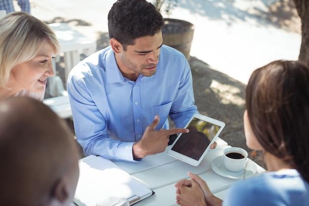 Freunde diskutieren über digitales tablet