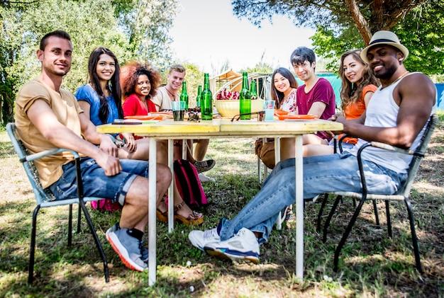 Freunde essen beim picknick